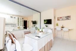 Гостиная / Столовая. Испания, Альмуньекар : Фантастические апартаменты на берегу моря в Альмуньекаре с бассейном, теннисным кортом, открытой парковкой и WIFI, 2 спальни, ванная комната, терраса 5 кв.м.