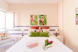 Спальня. Испания, Альмуньекар : Фантастические апартаменты на берегу моря в Альмуньекаре с бассейном, теннисным кортом, открытой парковкой и WIFI, 2 спальни, ванная комната, терраса 5 кв.м.