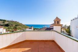 Терраса. Испания, Торрокс : Великолепная вилла с бассейном и видом на море и горы в Торроксе на холме Урб Таманго, в 400 м от пляжа Плайя-де-Вильчез и в 5 минутах езды от Нерхи, 3 спальни, 2 ванные комнаты, гараж, Wi-Fi.