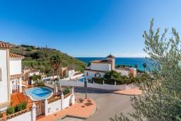 Вход. Испания, Торрокс : Великолепная вилла с бассейном и видом на море и горы в Торроксе на холме Урб Таманго, в 400 м от пляжа Плайя-де-Вильчез и в 5 минутах езды от Нерхи, 3 спальни, 2 ванные комнаты, гараж, Wi-Fi.