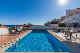 Бассейн. Испания, Торрокс : Великолепная вилла с бассейном и видом на море и горы в Торроксе на холме Урб Таманго, в 400 м от пляжа Плайя-де-Вильчез и в 5 минутах езды от Нерхи, 3 спальни, 2 ванные комнаты, гараж, Wi-Fi.