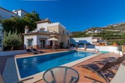 Вид на виллу/дом снаружи. Испания, Торрокс : Великолепная вилла с бассейном и видом на море и горы в Торроксе на холме Урб Таманго, в 400 м от пляжа Плайя-де-Вильчез и в 5 минутах езды от Нерхи, 3 спальни, 2 ванные комнаты, гараж, Wi-Fi.