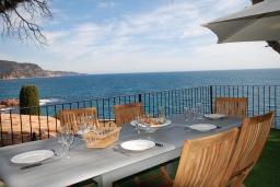 Обеденная зона. Испания, Тосса-де-Мар : Недавно отремонтированная вилла расположенная в красивой бухте Кала Салион, всего в 100 метрах от пляжа, с 7 спальнями, 3 ванными комнатами и кондиционерами по всему дому.