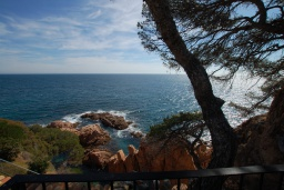 Вид на море. Испания, Тосса-де-Мар : Недавно отремонтированная вилла расположенная в красивой бухте Кала Салион, всего в 100 метрах от пляжа, с 7 спальнями, 3 ванными комнатами и кондиционерами по всему дому.