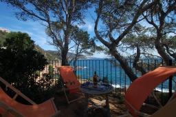 Терраса. Испания, Тосса-де-Мар : Недавно отремонтированная вилла расположенная в красивой бухте Кала Салион, всего в 100 метрах от пляжа, с 7 спальнями, 3 ванными комнатами и кондиционерами по всему дому.