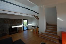 Гостиная / Столовая. Испания, Тосса-де-Мар : Недавно отремонтированная вилла расположенная в красивой бухте Кала Салион, всего в 100 метрах от пляжа, с 7 спальнями, 3 ванными комнатами и кондиционерами по всему дому.