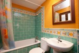 Ванная комната. Испания, Тосса-де-Мар : Аутентичный рыбацкий таунхаус расположенный в центре Тосса-де-Мар, имеет 3 спальни, 1 ванную комнату и парковку