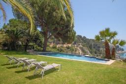 Зона отдыха у бассейна. Испания, Тосса-де-Мар : Комфортабельная вилла с частным доступом к прекрасному пляжу Кала-Санта-Мария-де-Ллорель, с 4 спальнями,3 ванными комнатами и частным бассейном