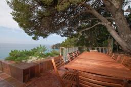 Обеденная зона. Испания, Тосса-де-Мар : Комфортабельная вилла с частным доступом к прекрасному пляжу Кала-Санта-Мария-де-Ллорель, с 4 спальнями,3 ванными комнатами и частным бассейном