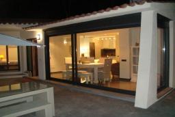 Терраса. Испания, Ллорет-де-Мар : Полностью обновленная одноэтажная вилла расположенная в очень тихом месте на тупиковой улице, с 4 спальнями, 2 ванными комнатами и частным бассейном, оборудована кондиционерами и Wi-Fi
