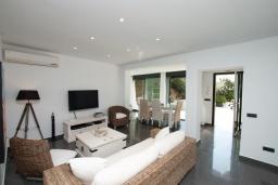 Студия (гостиная+кухня). Испания, Ллорет-де-Мар : Полностью обновленная одноэтажная вилла расположенная в очень тихом месте на тупиковой улице, с 4 спальнями, 2 ванными комнатами и частным бассейном, оборудована кондиционерами и Wi-Fi