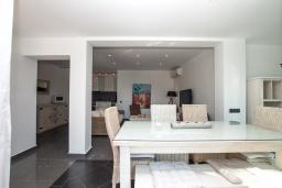 Обеденная зона. Испания, Ллорет-де-Мар : Полностью обновленная одноэтажная вилла расположенная в очень тихом месте на тупиковой улице, с 4 спальнями, 2 ванными комнатами и частным бассейном, оборудована кондиционерами и Wi-Fi