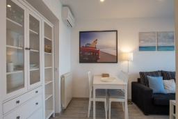 Гостиная / Столовая. Испания, Бланес : Уютная квартира в двух шагах от пляжа, недавно отремонтированная, с 2 спальнями, 1 ванной комнатой с душем, оборудована кондиционером и Wi-Fi, с прекрасным видом на море и пляж