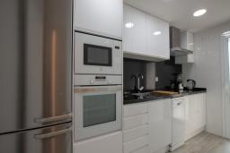 Кухня. Испания, Бланес : Уютная квартира в двух шагах от пляжа, недавно отремонтированная, с 2 спальнями, 1 ванной комнатой с душем, оборудована кондиционером и Wi-Fi, с прекрасным видом на море и пляж