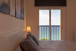 Спальня. Испания, Бланес : Уютная квартира в двух шагах от пляжа, недавно отремонтированная, с 2 спальнями, 1 ванной комнатой с душем, оборудована кондиционером и Wi-Fi, с прекрасным видом на море и пляж