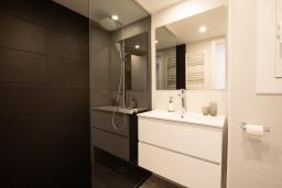 Ванная комната. Испания, Бланес : Уютная квартира в двух шагах от пляжа, недавно отремонтированная, с 2 спальнями, 1 ванной комнатой с душем, оборудована кондиционером и Wi-Fi, с прекрасным видом на море и пляж