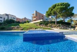 Бассейн. Испания, Ллорет-де-Мар : Уютная комфортабельная квартира, расположенная недалеко от прекрасного пляжа Кала Са Боаделла, имеет 2 спальни и 1 ванную комнату, кондиционер и Wi-Fi