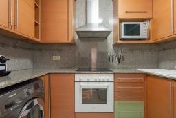 Кухня. Испания, Ллорет-де-Мар : Уютная комфортабельная квартира, расположенная недалеко от прекрасного пляжа Кала Са Боаделла, имеет 2 спальни и 1 ванную комнату, кондиционер и Wi-Fi