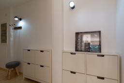 Коридор. Испания, Ллорет-де-Мар : Уютная комфортабельная квартира, расположенная недалеко от прекрасного пляжа Кала Са Боаделла, имеет 2 спальни и 1 ванную комнату, кондиционер и Wi-Fi