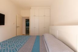 Спальня. Испания, Ллорет-де-Мар : Уютная комфортабельная квартира, расположенная недалеко от прекрасного пляжа Кала Са Боаделла, имеет 2 спальни и 1 ванную комнату, кондиционер и Wi-Fi