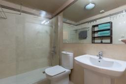 Ванная комната. Испания, Ллорет-де-Мар : Уютная комфортабельная квартира, расположенная недалеко от прекрасного пляжа Кала Са Боаделла, имеет 2 спальни и 1 ванную комнату, кондиционер и Wi-Fi