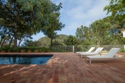Бассейн. Испания, Бланес : Роскошная вилла, была недавно полностью отремонтирована, с интерьером в средиземноморском стиле, с 4 спальнями, 4 ванными комнатами, частным бассейном и собственным выходом к пляжу.