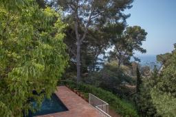 Вид на море. Испания, Бланес : Роскошная вилла, была недавно полностью отремонтирована, с интерьером в средиземноморском стиле, с 4 спальнями, 4 ванными комнатами, частным бассейном и собственным выходом к пляжу.