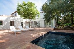Вид на виллу/дом снаружи. Испания, Бланес : Роскошная вилла, была недавно полностью отремонтирована, с интерьером в средиземноморском стиле, с 4 спальнями, 4 ванными комнатами, частным бассейном и собственным выходом к пляжу.