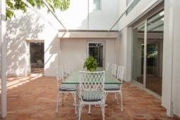 Терраса. Испания, Бланес : Роскошная вилла, была недавно полностью отремонтирована, с интерьером в средиземноморском стиле, с 4 спальнями, 4 ванными комнатами, частным бассейном и собственным выходом к пляжу.