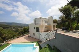 Вид на виллу/дом снаружи. Испания, Матаро : Современная вилла с красивым интерьером, находится всего в 25 минутах езды от Барселоны, в жилом районе чуть выше Матаро, 5 спален, 4 ванные комнаты, частный бассейн и большой красивый сад