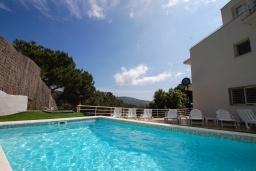 Бассейн. Испания, Матаро : Современная вилла с красивым интерьером, находится всего в 25 минутах езды от Барселоны, в жилом районе чуть выше Матаро, 5 спален, 4 ванные комнаты, частный бассейн и большой красивый сад