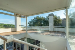 Терраса. Испания, Матаро : Современная вилла с красивым интерьером, находится всего в 25 минутах езды от Барселоны, в жилом районе чуть выше Матаро, 5 спален, 4 ванные комнаты, частный бассейн и большой красивый сад