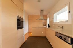 Кухня. Испания, Матаро : Современная вилла с красивым интерьером, находится всего в 25 минутах езды от Барселоны, в жилом районе чуть выше Матаро, 5 спален, 4 ванные комнаты, частный бассейн и большой красивый сад