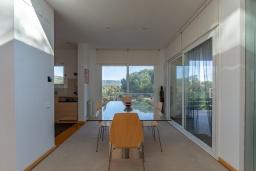 Обеденная зона. Испания, Матаро : Современная вилла с красивым интерьером, находится всего в 25 минутах езды от Барселоны, в жилом районе чуть выше Матаро, 5 спален, 4 ванные комнаты, частный бассейн и большой красивый сад