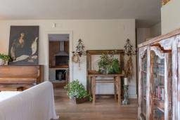 Гостиная / Столовая. Испания, Сильс : Уютная, красиво оформленная вилла, расположенная в небольшом городке недалеко от побережья Коста Брава, имеет 4 спальни, 3 ванные комнаты, частный бассейн