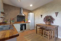 Кухня. Испания, Сильс : Уютная, красиво оформленная вилла, расположенная в небольшом городке недалеко от побережья Коста Брава, имеет 4 спальни, 3 ванные комнаты, частный бассейн