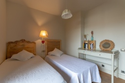 Спальня. Испания, Сильс : Уютная, красиво оформленная вилла, расположенная в небольшом городке недалеко от побережья Коста Брава, имеет 4 спальни, 3 ванные комнаты, частный бассейн