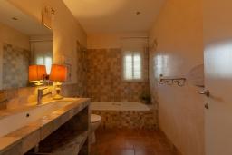 Ванная комната. Испания, Сильс : Уютная, красиво оформленная вилла, расположенная в небольшом городке недалеко от побережья Коста Брава, имеет 4 спальни, 3 ванные комнаты, частный бассейн