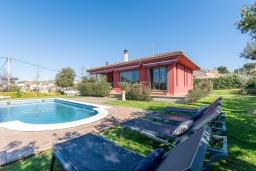 Вид на виллу/дом снаружи. Испания, Сильс : Уютная, красиво оформленная вилла, расположенная в небольшом городке недалеко от побережья Коста Брава, имеет 4 спальни, 3 ванные комнаты, частный бассейн