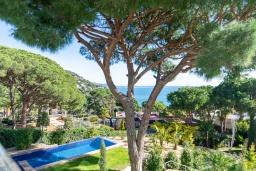 Вид на море. Испания, Бланес : Красивая современная вилла с дизайнерским интерьером, с 4 спальнями, 3 ванными комнатами и частный бассейн