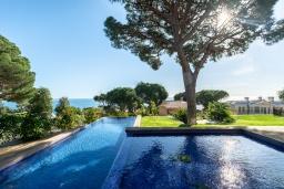 Бассейн. Испания, Бланес : Красивая современная вилла с дизайнерским интерьером, с 4 спальнями, 3 ванными комнатами и частный бассейн