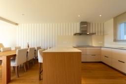 Кухня. Испания, Бланес : Красивая современная вилла с дизайнерским интерьером, с 4 спальнями, 3 ванными комнатами и частный бассейн