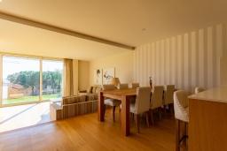 Обеденная зона. Испания, Бланес : Красивая современная вилла с дизайнерским интерьером, с 4 спальнями, 3 ванными комнатами и частный бассейн