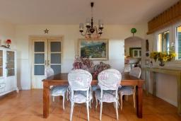 Гостиная / Столовая. Испания, Калелья : Красивая вилла со вкусом оформлена во французском стиле, расположенная в тихой жилой урбанизации недалеко от пляжа, имеет 5 спален, 2 ванные комнаты и частный бассейн