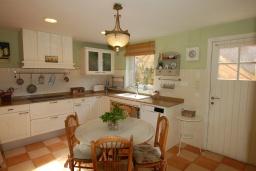 Кухня. Испания, Калелья : Красивая вилла со вкусом оформлена во французском стиле, расположенная в тихой жилой урбанизации недалеко от пляжа, имеет 5 спален, 2 ванные комнаты и частный бассейн