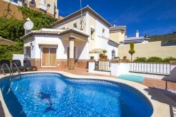 Бассейн. Испания, Торрокс : Изысканная вилла с частным бассейном, гаражом и террасами площадью 104 кв.м. в Торроксе, в 100 метрах от Плайя-де-Вильчес и в 600 метрах от Плайя-Каласайте, 3 спальни, 2 ванные комнаты, Wi-Fi.