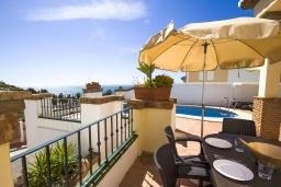 Терраса. Испания, Торрокс : Изысканная вилла с частным бассейном, гаражом и террасами площадью 104 кв.м. в Торроксе, в 100 метрах от Плайя-де-Вильчес и в 600 метрах от Плайя-Каласайте, 3 спальни, 2 ванные комнаты, Wi-Fi.