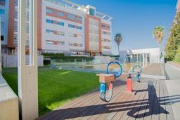Детская площадка. Испания, Гранада : Элегантная четырехкомнатная квартира с бассейном, садом и кондиционером в Гранаде, в 1 км от парка развлечений Parque de las Ciencias и в 3 км от центра города, 3 спальни, 2 ванные, бесплатный Wi-Fi.
