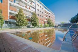Бассейн. Испания, Гранада : Элегантная четырехкомнатная квартира с бассейном, садом и кондиционером в Гранаде, в 1 км от парка развлечений Parque de las Ciencias и в 3 км от центра города, 3 спальни, 2 ванные, бесплатный Wi-Fi.