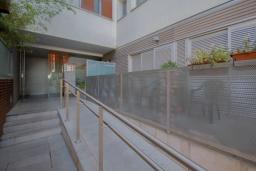 Вход. Испания, Гранада : Элегантная четырехкомнатная квартира с бассейном, садом и кондиционером в Гранаде, в 1 км от парка развлечений Parque de las Ciencias и в 3 км от центра города, 3 спальни, 2 ванные, бесплатный Wi-Fi.
